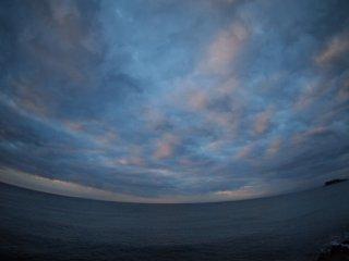2016/11/29 散らばる雲がほんのり色づき味のある景色だけれど、海は暗くて難の気配もなく