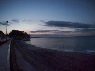 2016/11/30 僅かに色づく朝闇の空、静かな黒い海にサーファーの姿はなく