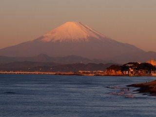 2016/12/2 季節なりの姿に戻った富士山がどっしりそびえる明るい朝