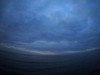2016/12/5 もう江ノ島の灯は消えてるもののちょっと曇れば暗くて静かな七時前