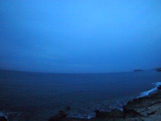 2017/1/8 平らな海を江ノ島が照らすでもなくぽつんと光って曇る朝