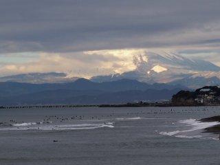 2017/1/9 たくさんのサーファー浮かぶ成人の日の海の向こう、富士山の白い裾野が眩しくて