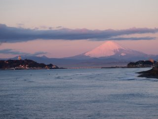 2017/1/10 朝陽を浴びた白富士が鮮やかな西の空、灯台の灯も消えているのにイルミ煌めく江ノ島灯台