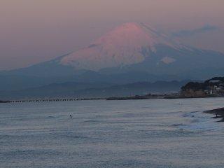 2017/1/11 白富士そびえる朝の海、ちょっぴり霞んで春の気配