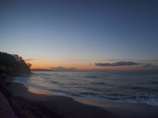 2017/1/12 まだ紺色の朝、じわりと濁る稲村ヶ崎の向こうの空にしばし見とれて