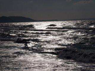 2017/1/13 小舟も阻む白くギラギラ光る海、冬らしいけどさほど冷たそうでもなく