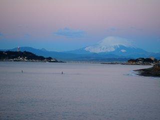2017/1/17 冷え込みゆるいがパリンと晴れ空、富士山が染まりだすまできらりと灯る江ノ島