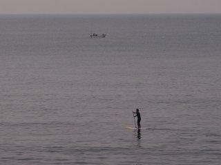 2017/4/22 どんより濁った週末の海の上、立ち漕ぎサーファー板引きずって