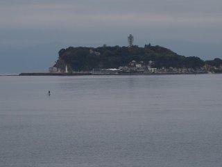 2017/4/24 連休前の灰色の週明け。灯台映すぬるりとした海