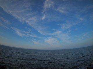 2017/7/22 大暑を前に糸雲散らばる蒼い空、陰った浜辺にひんやりとした潮風吹いて