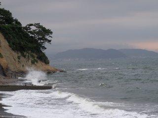 2017/7/25 しけった灰色の潮風に、セミのコーラス厚い空、波打ち際で砕ける飛沫もぬるそうに見え