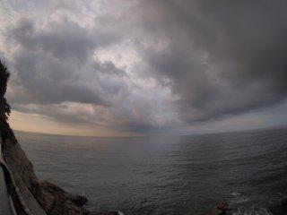 2017/9/10 海に不気味な影落とす雲、が広がる灰色の空につばめや海鵜が横切っていくセミの声無いゆるい朝