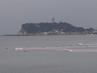 2017/9/14 蝉はまだ寝ているけれど、暑くなりそう灰色の朝、台風を期待してしょぼい波に揺られるサーファー