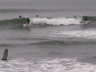 2017/9/15 潮騒の荒れ気味の海、北風に抑えられた波は遅くて、のんびり滑るサーファー達