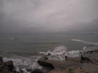 2017/9/17 台風近づき止めどもなく灰色の雨が流れ込む海、風はなく