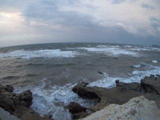 2017/11/11 吹き飛ばされそうな風が吹く、小雨混じりの朝の海風は柔らかく