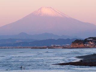 2017/11/12 ひんやりすっきり日曜の浜、ちょっとだけ雪を減らした富士山に興味はなさそうサーファー達。