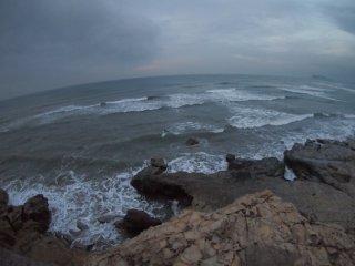 2017/11/14 雨上がったか暗い朝、白波は高くないけど次々と海へ繰り出すサーファー達