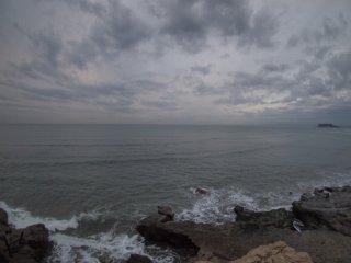 2017/11/15 さほど厚くはない雲を、映してぬるりとした朝の海、波紋をたてる姿はなく