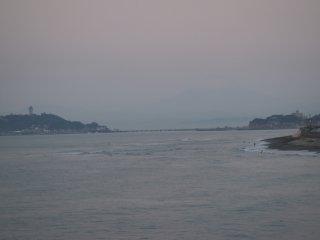 2017/11/16 雲は薄いけれど灰色の朝、サーファーの少ない波の向こう、目を凝らせばレリーフのような富士がそびえて