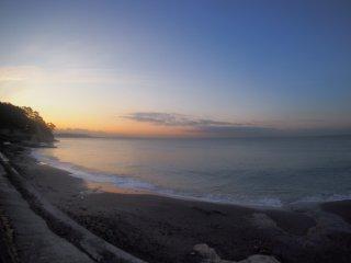 2017/11/17 ひんやりとした風が頬をなで、静かな海を見ていると、ちょっと落ち着く朝の浜辺