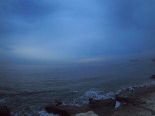 2017/11/18 いつまでも江の島の灯火が消えない薄暗い朝、雨はないけど北風強く冬が深まっていきそうな