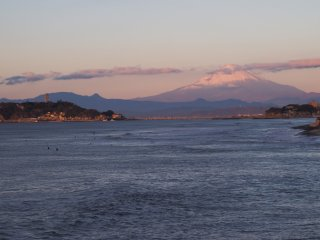 2017/11/19 さまよい旅の朝、見送るように江の島や富士山を携えた海、飛沫を立てて