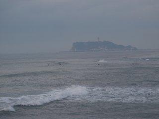 2018/2/11 景色はぼんやりしているけれど、潮騒にサーファー集まる日曜はちょっとばかし春らしくて
