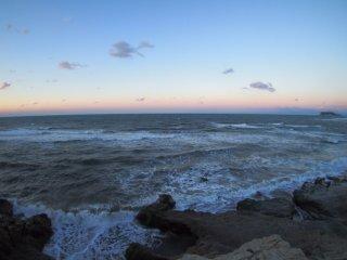 2018/2/12 小舟が浮いていないのは、吹き荒れる潮風のせいなのか?それとも単に休日だからか?空はすっきり青いけど富士も見えず広い海