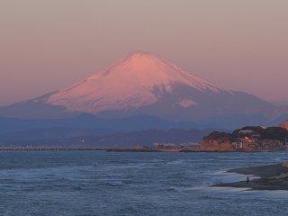 2018/2/13 数日ぶりの富士山に、思わず見惚れるもう明るい6時半、風のせいか?連休明けのせいか?人気の少ない荒れた海