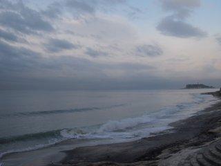 2018/4/17 雲の隙間が減っていく空をぬるっと映す朝の海には波紋を立てるサーファーの姿はなく