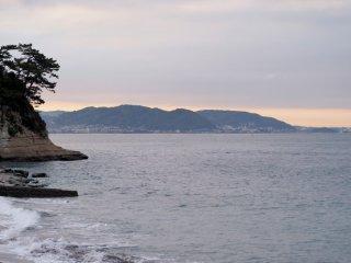 2018/4/19 霞がちょっと薄ければ、サーファーの浮かんでいない海の向こうにジワリ膨らむ初夏の色