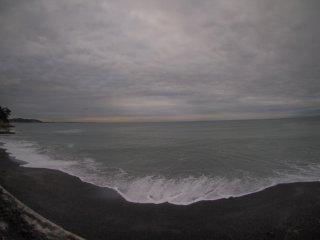 2018/6/14 見た目よりは勢いのある海に今日はプカプカサーファー達、のっぺりとはしてない、灰色の景色は結構楽しい