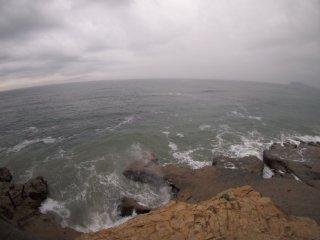 2018/6/18 昨日はちょっとは晴れたのに霧雨舞う梅雨らしい朝、寄せる波はちょっぴり鈍くて