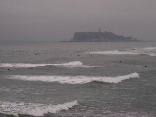 2018/6/21 しょっぱくなさそうな雨の隙間の夏至の海、波はちょっぴりゆっくりでサーファー達は浮いてる時間が長く