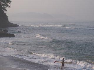 2018/6/22 舞い上がって砕けた飛沫でぬるく霞む浜辺からは今日もまたサーファー達が続々と海に吸い込まれ