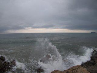 2018/8/12 北風はぬるいけれど、蝉の静かな雨上がり、薄暗い海、飛沫の向こうには人影多い日曜日