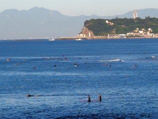 2018/8/19 今日もひんやり、富士の下には青い海、まばらに水着のサーファーは、焼けているけど寒そうに見え