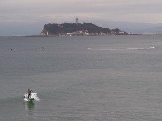 2018/10/8 寒露にしてはちょっぴりぬるい灰色の朝、波はそんなにないけれど、連休を惜しむようにサーファー達が集まって