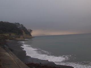 2018/10/11 まっ平らにひろがる海の向こうが、ぼんやりくすむぬるい朝、