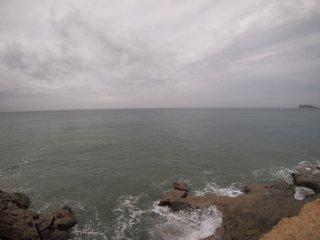 2018/10/12 たまに水滴落ちてくる、戸惑いのない曇り空、別に寒くはないけど灰色の平らな海にははねる魚の姿もなくて