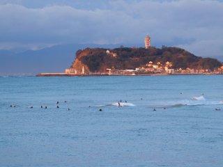 2018/12/5 ぬるい北風吹く海に、ちょっぴり染まる朝の江の島、乗れれば速いサーファー達、