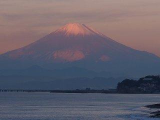 2018/12/11 空気冷たい海の朝、朝陽浴びた富士山の雪の少なさ意外に思えて