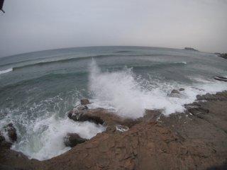 2018/12/12 氷雨の海は北風に負けずに寄せて、波をけるサーファー達の姿も見られた